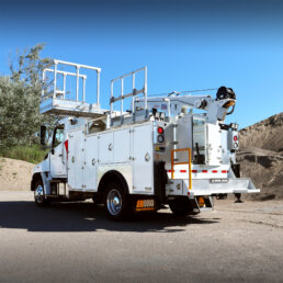 ORO 11M3 mechanic service truck body in white, street side closed with ORO roll-out work platform, folding handrail on a Hino 258 chassis with a Stellar® 7621 mechanic crane.